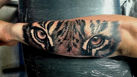 86. Realista tigris szem tetoválás alkar